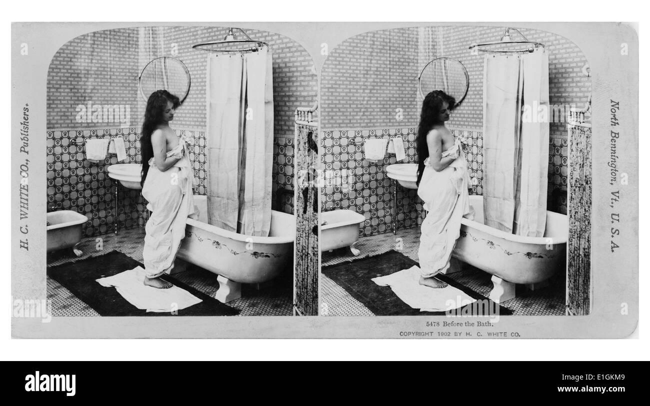 Frau Baden In Einem Badezimmer Mit Dusche Und Badewanne. Amerikanische Um  1900