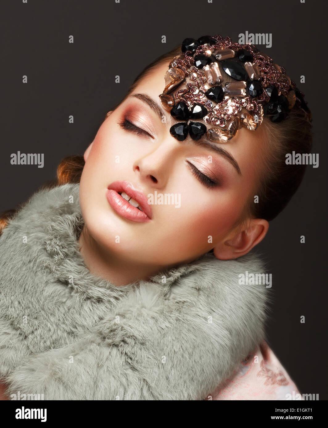 Leidenschaft. Glamouröse verträumte Frau Pelz Mantel und Juwelen. Luxus Stockbild