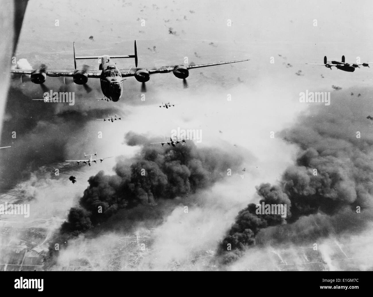 Foto, Wellen von Consolidated B-24 Befreier des 15 AAF fliegen Sie über den Zielbereich, die Concordia Vega Ölraffinerie, Stockfoto