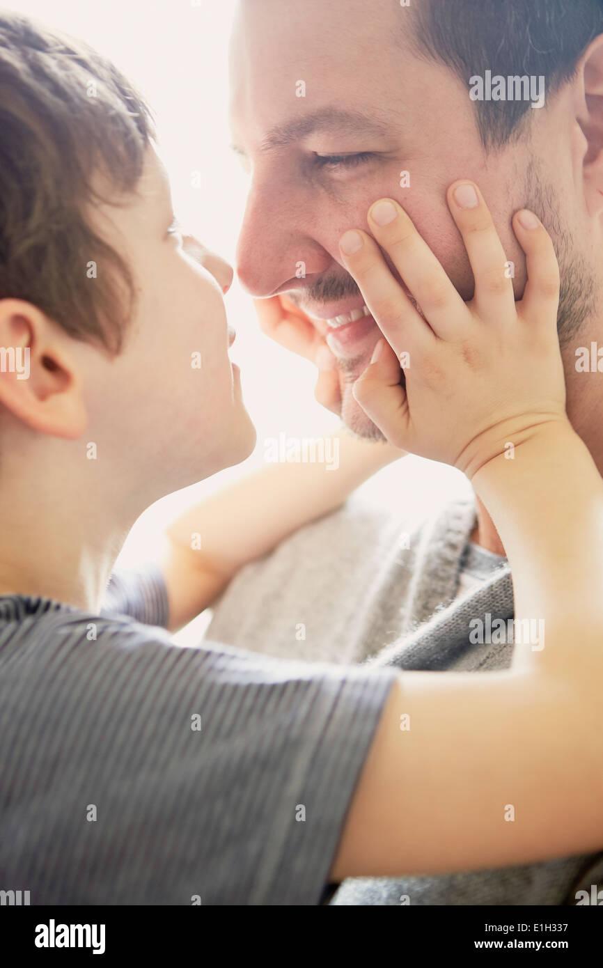 Jungen zeigen Liebe zum Vater Stockbild