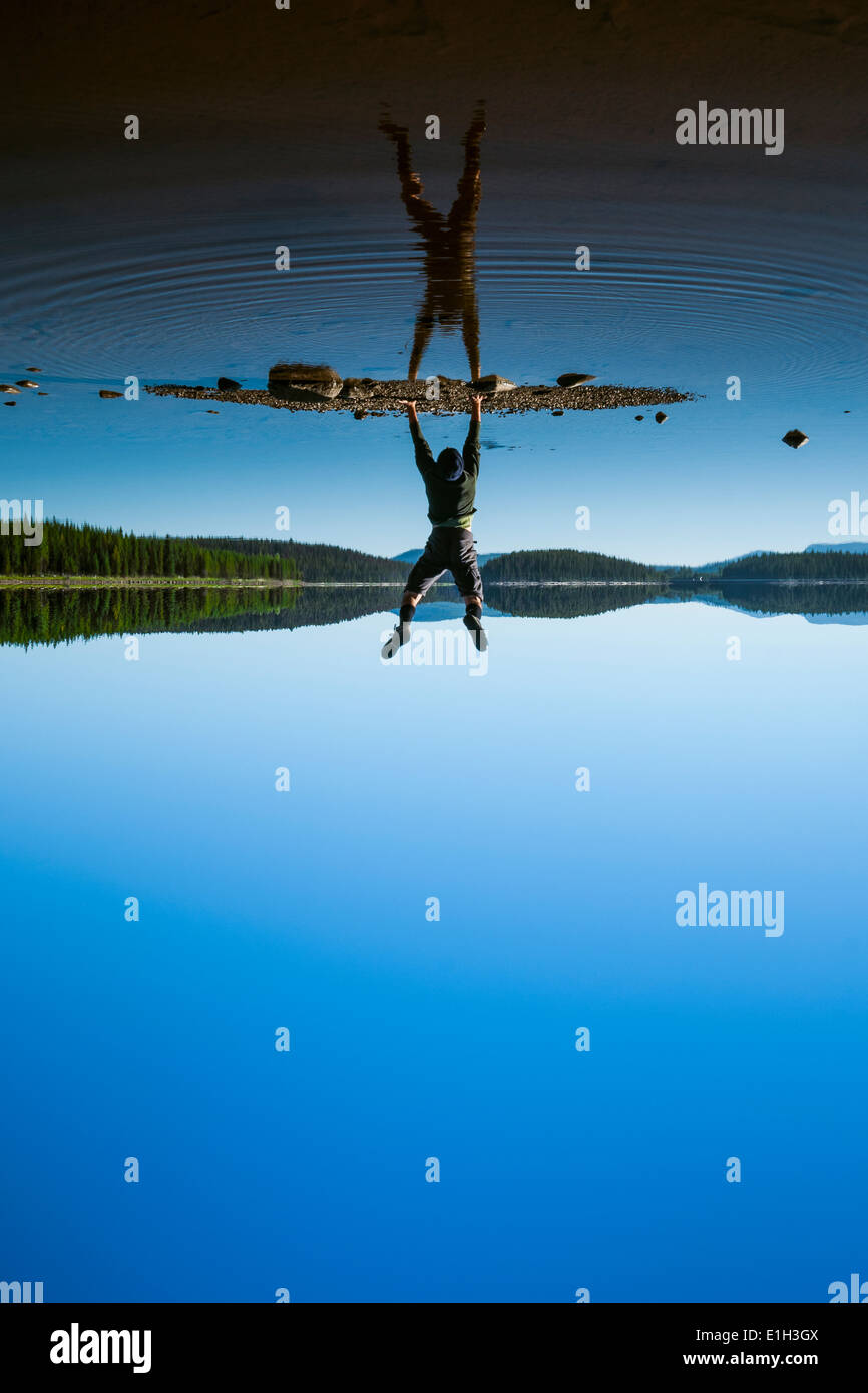 "Mann tut Handstand am McCulloch Lake entlang der ""KVR"" Trail, Okanagan Highlands, British Columbia, Kanada Stockbild"