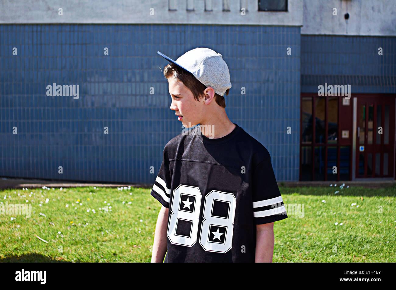 Porträt eines jungen tragen Baseball Kappe wegschauen Stockfoto