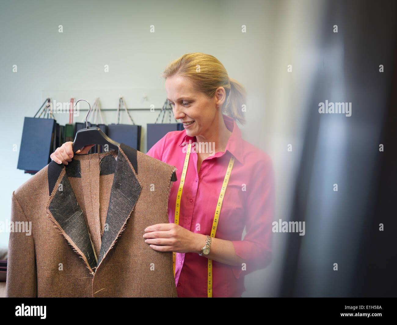 Arbeitnehmerin Inspektion Jacke in Kleiderfabrik Stockbild