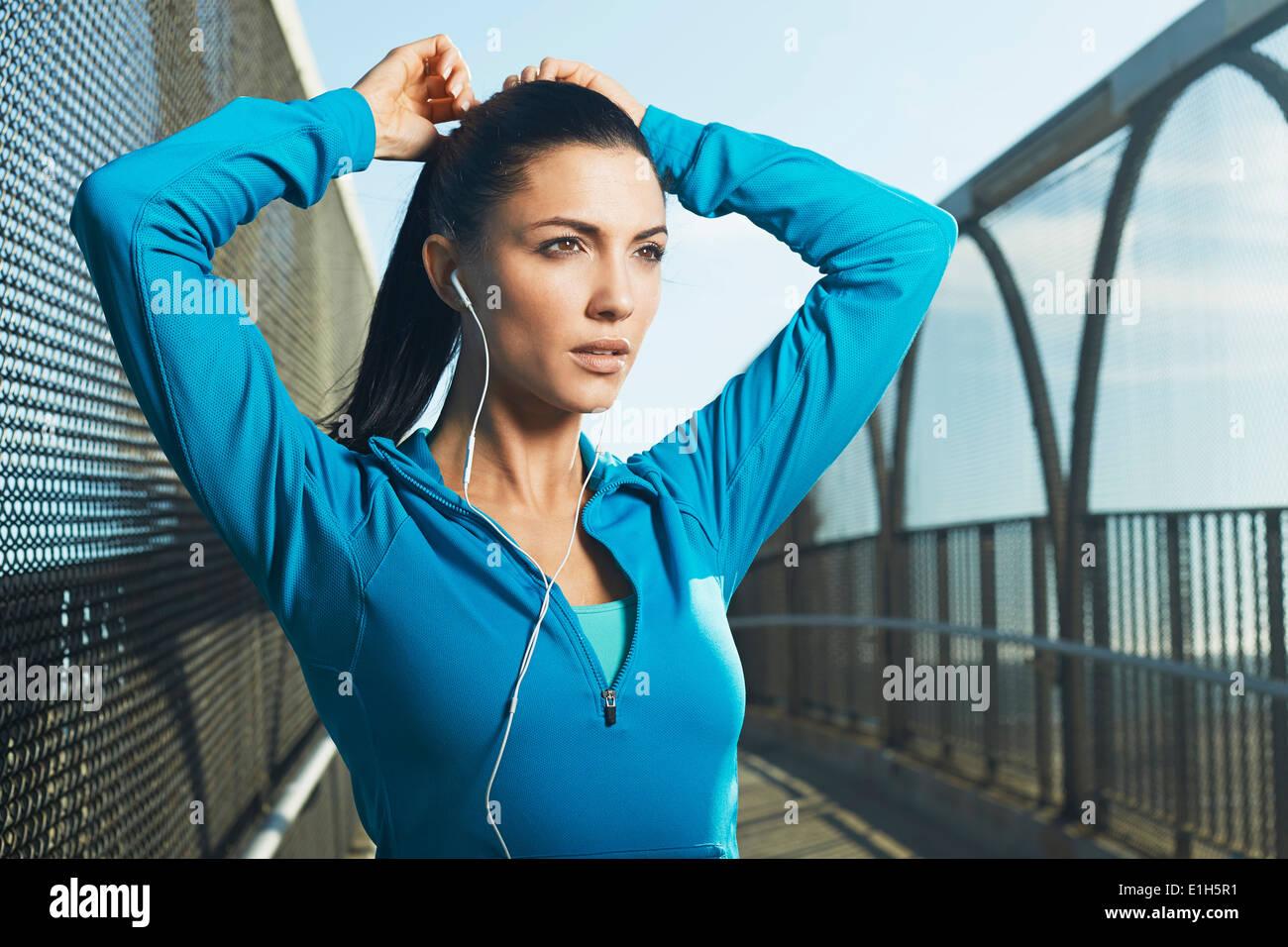 Frau trägt Sportkleidung vorbereiten der Ausführung Stockbild