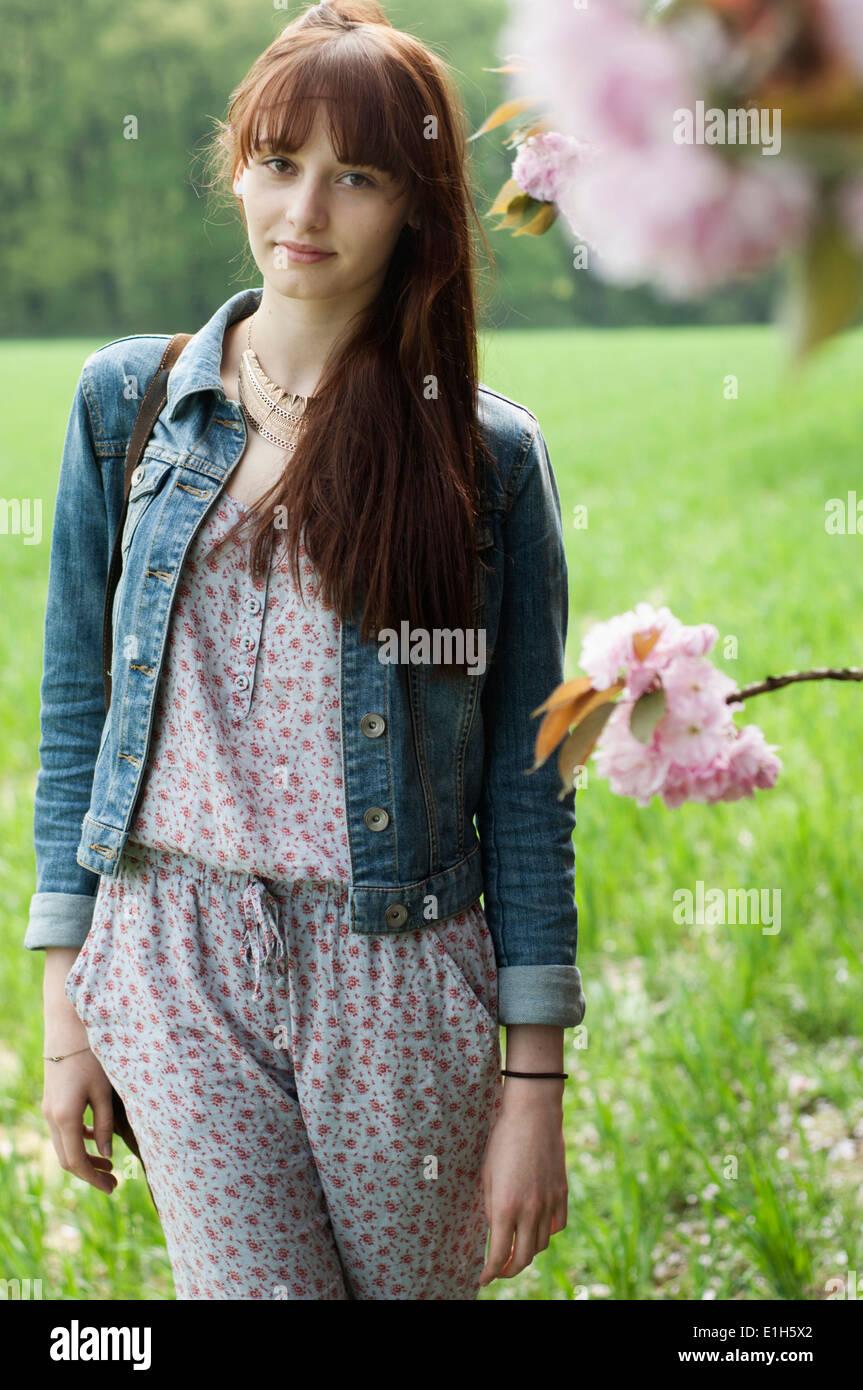 Porträt von Ernst junge Frau im Feld Stockbild