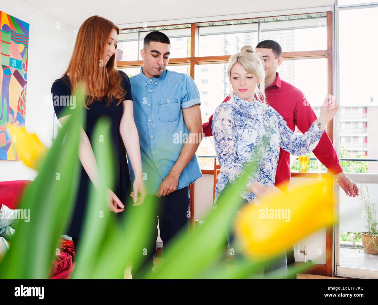 Junge Erwachsene im Wohnzimmer Stockfoto