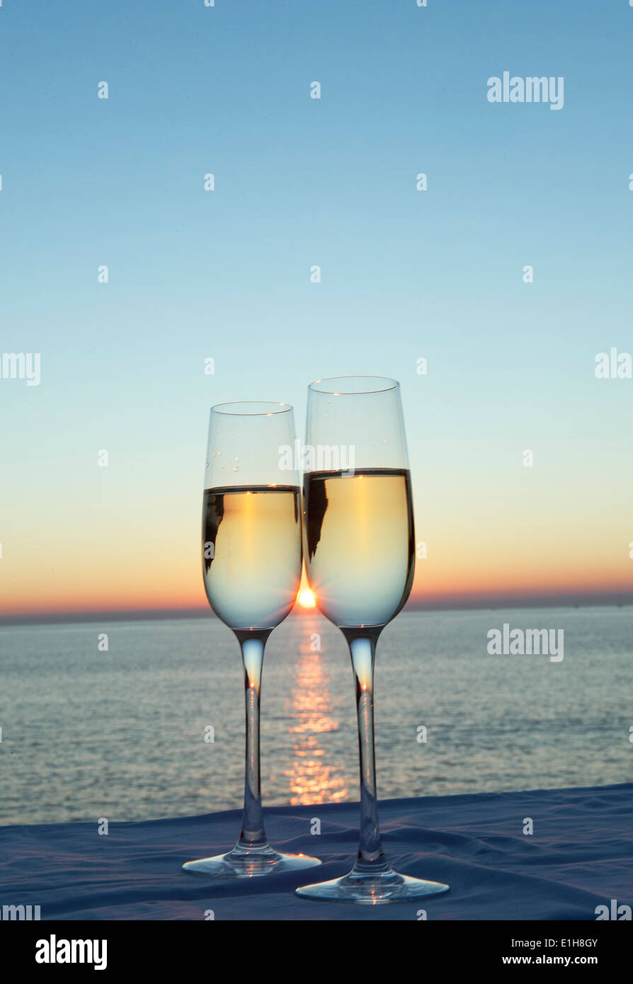 Zwei Sektgläser gegen Sonnenuntergang Stockfoto