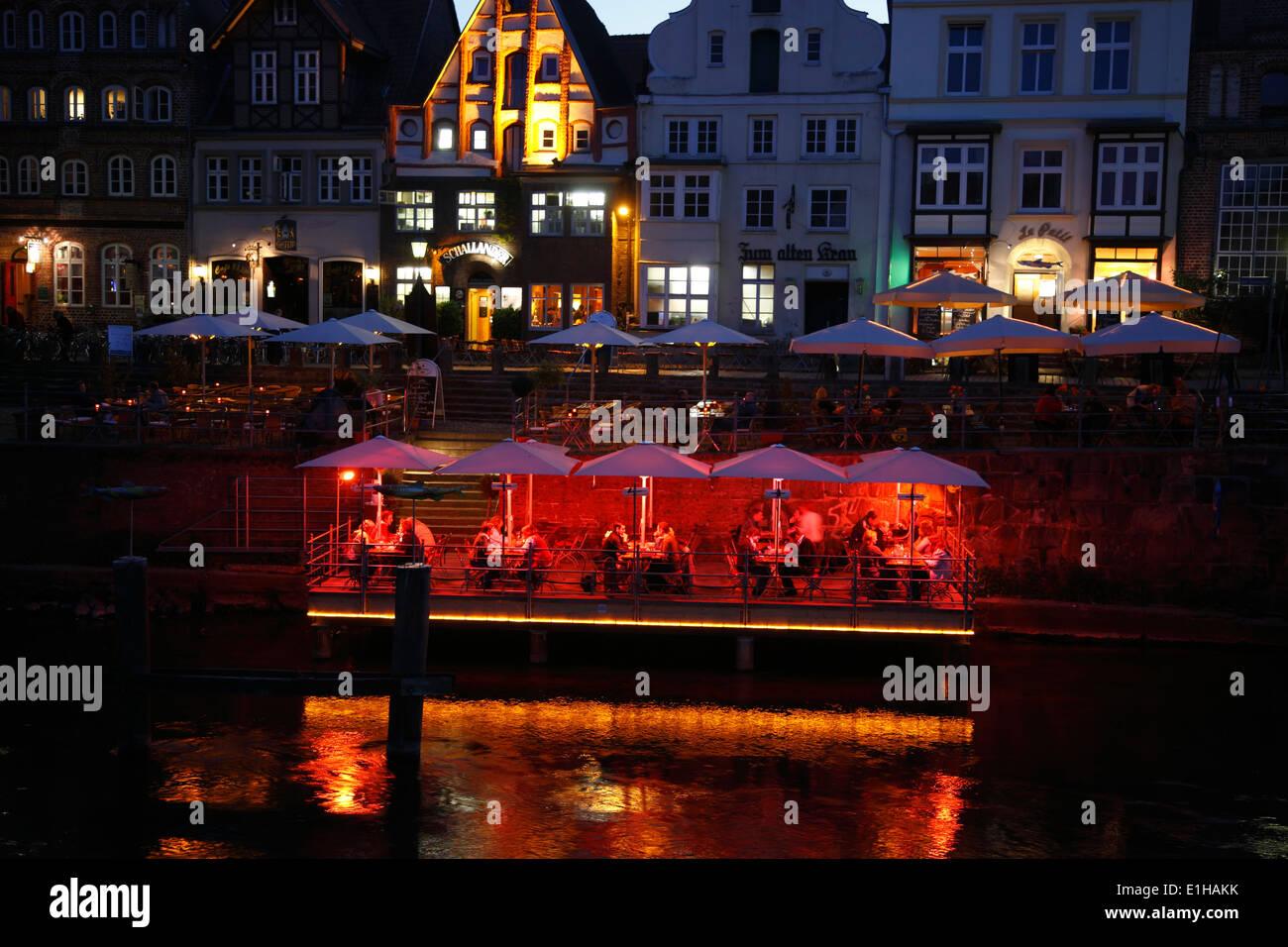 Nachtleben am Stintmarkt, Lüneburg, Lüneburg, Niedersachsen, Deutschland, Europa Stockbild