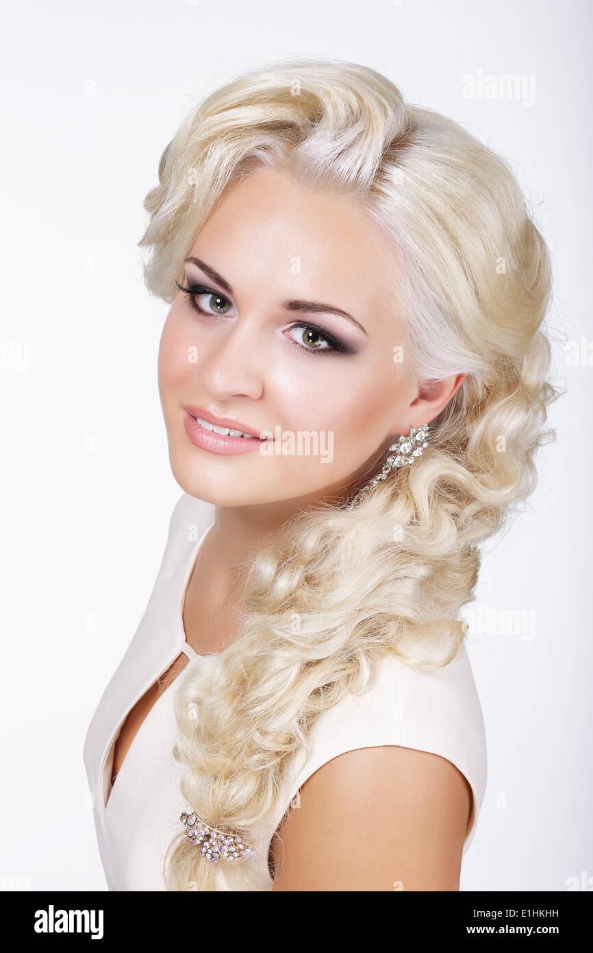 Anspruchsvolle edel Blondine mit Silber Ohrringe Stockbild