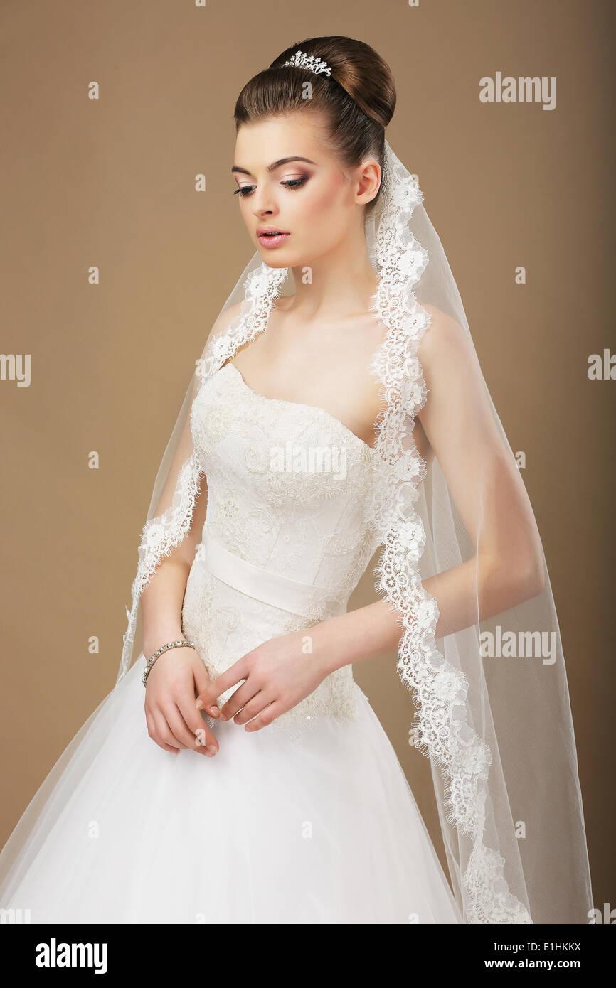 Junge romantische Frischvermählten mit weißen Schleier in Träumerei Stockbild