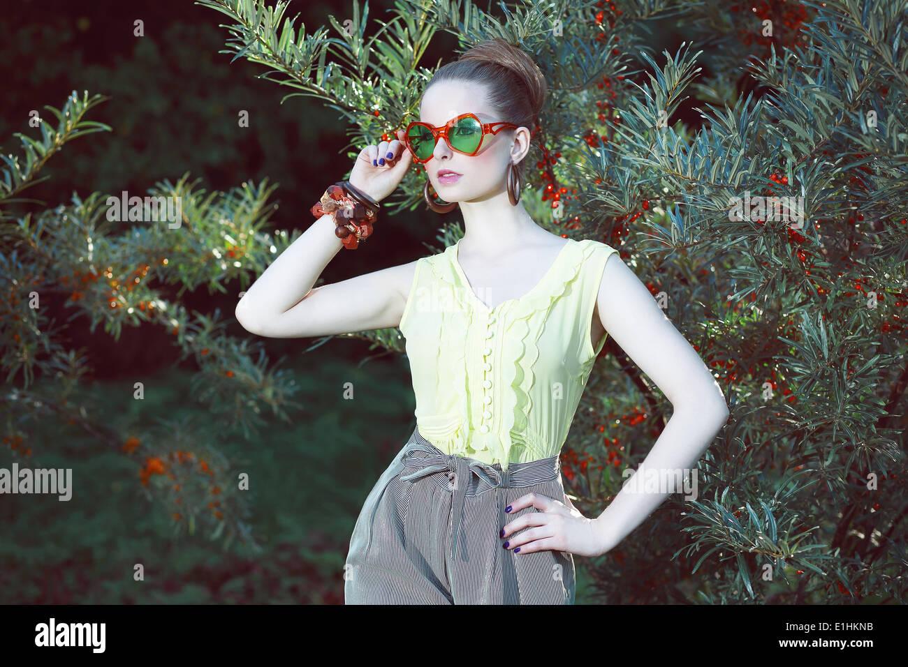 Charisma. Individualität. Luxuriöse Frau in ausgefallene Sonnenbrillen außerhalb Stockbild