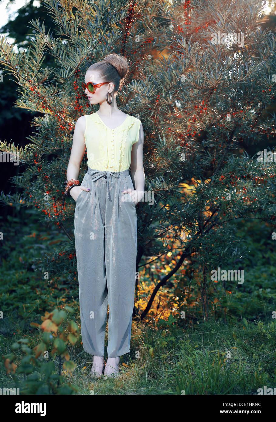 Glamour. Trendige Mode-Modell in elegante Hose im freien Stockbild