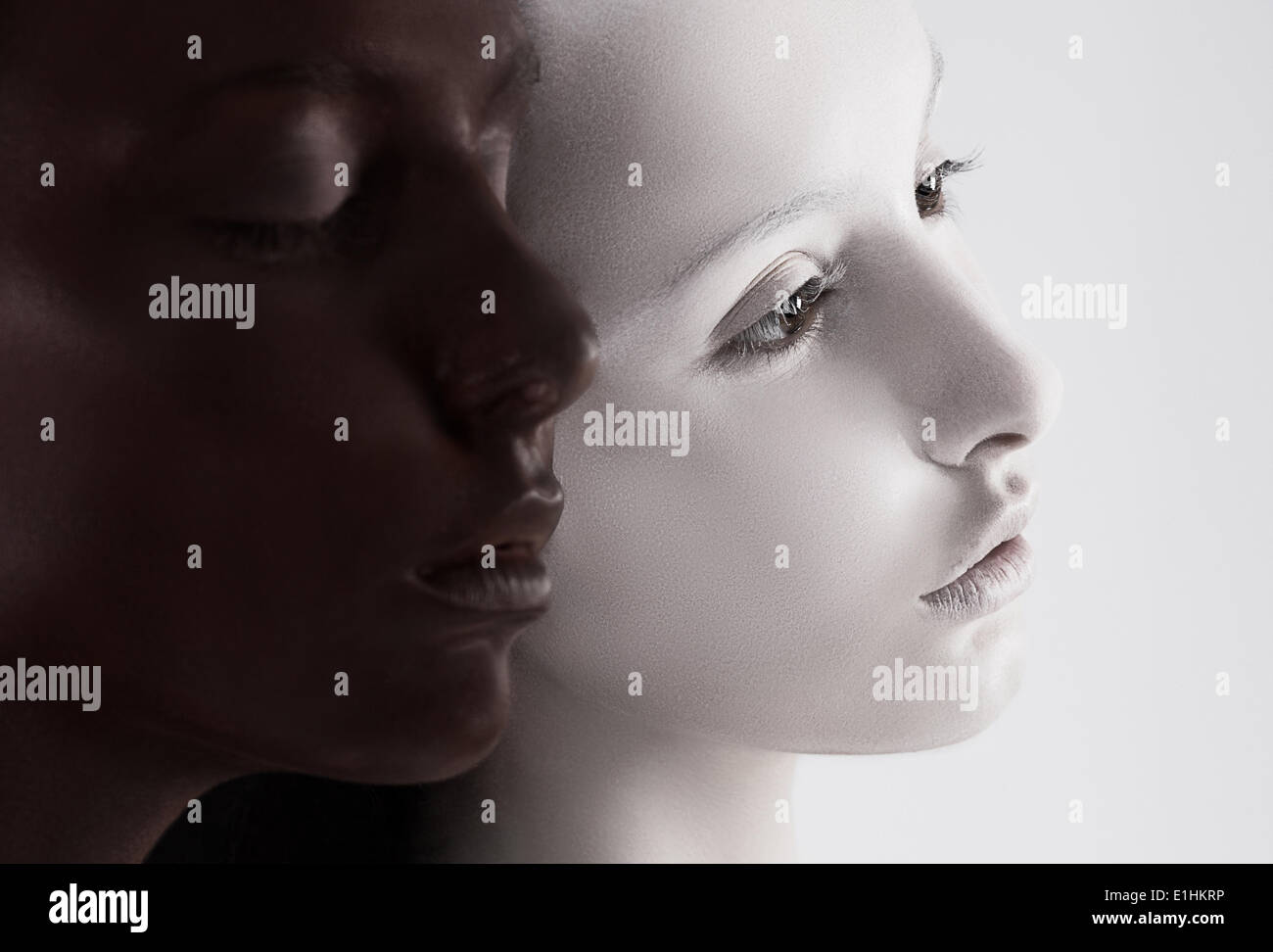Kulturelle Vielfalt. Zwei Gesichter schwarz gefärbt & weiß. Yin-Yang-Stil Stockbild