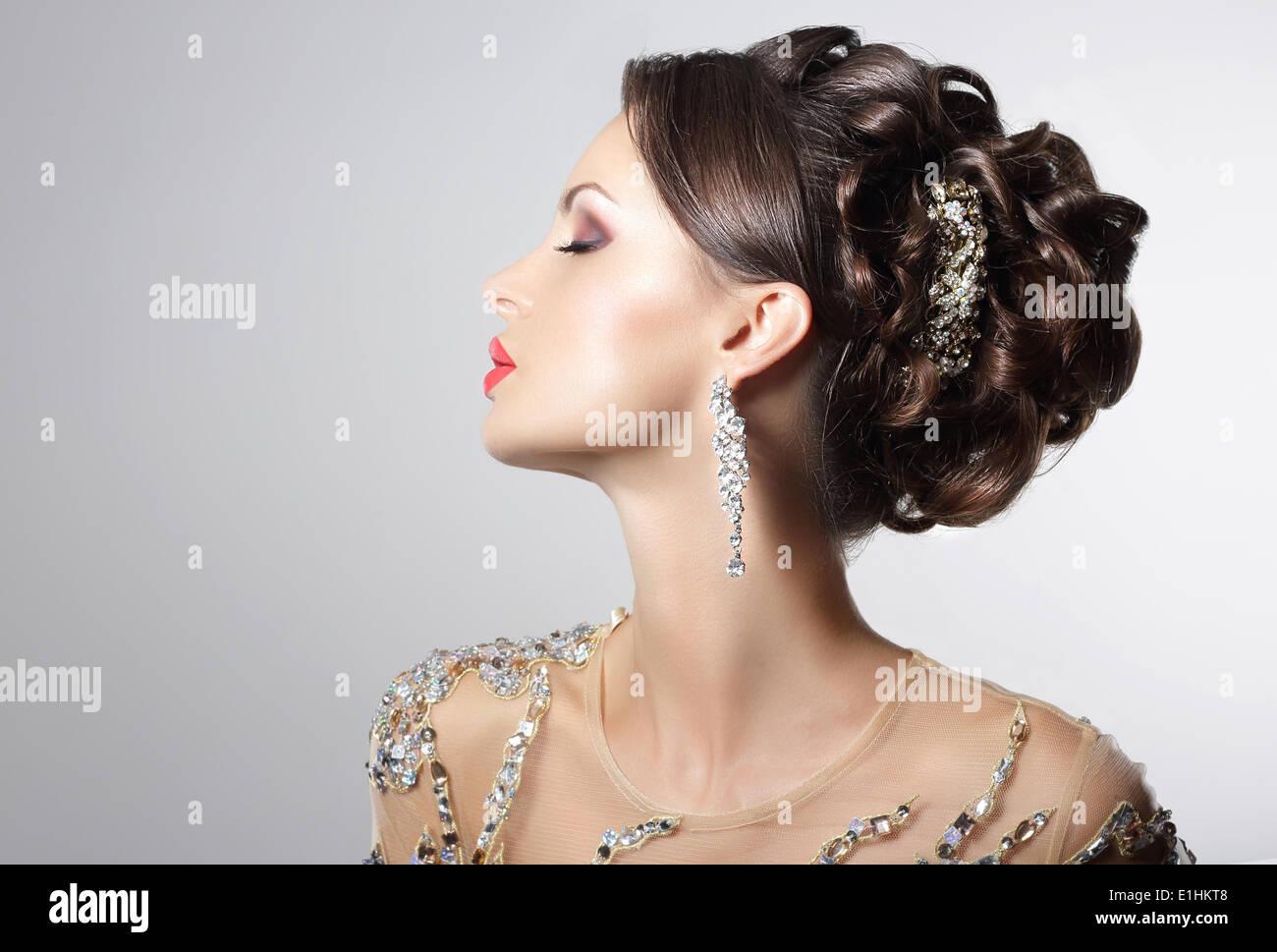 Modische Brünette mit Modeschmuck - trendige Strasssteine und Strass Stockbild
