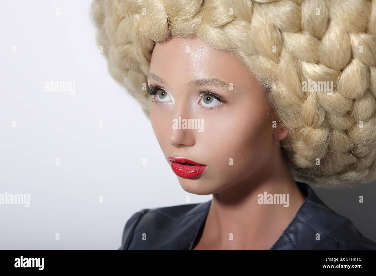 Mode-Modell. Hochmoderne Frau mit erstaunlichen Kunst Kopfschmuck Stockbild