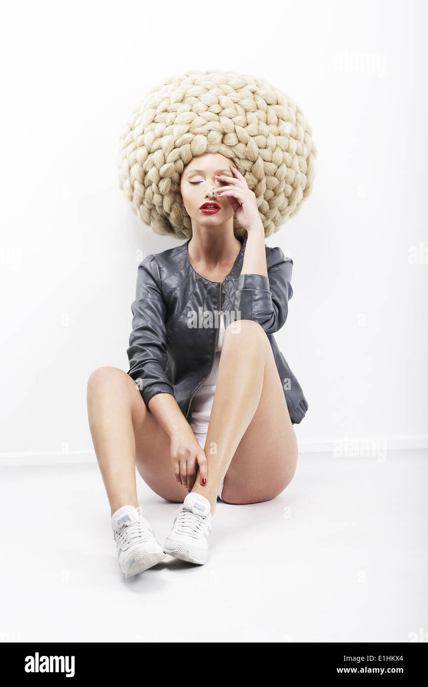 Inspiration. Vogue.  Bild der exzentrische Mode-Modell in geflochtenen Kopfschmuck Stockbild