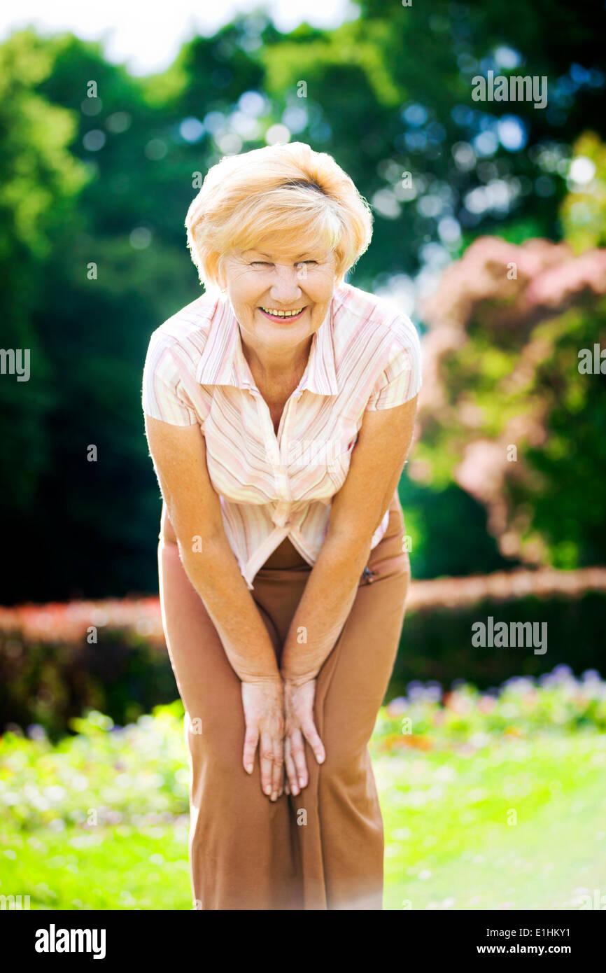 Vitalität. Unabhängige liebenswürdige alte Frau Oma Spaß haben Stockbild