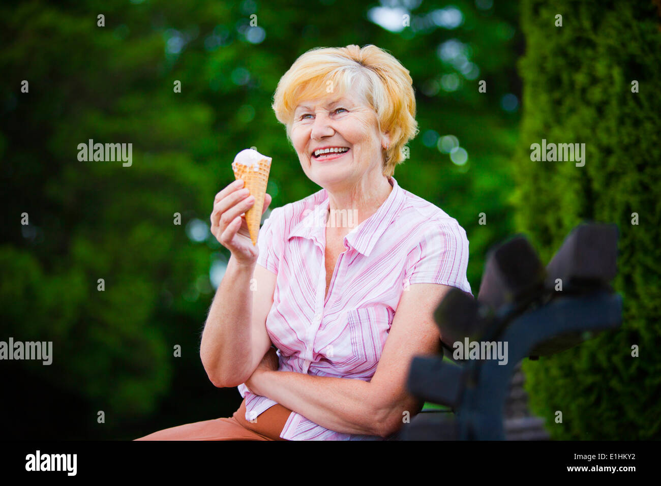 Oma Nanney fickt schöne blonde lezzie