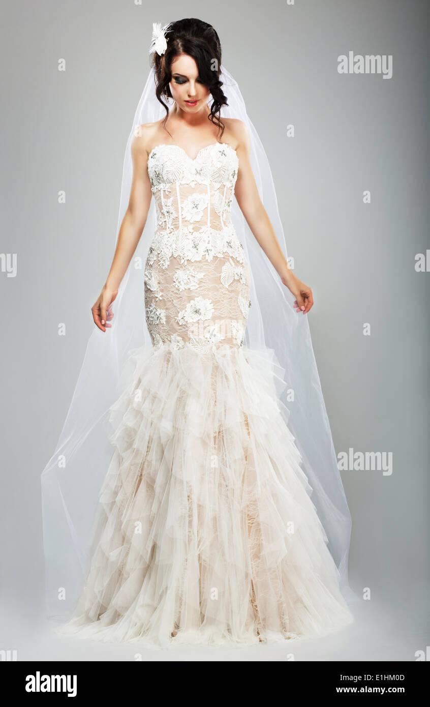 Hochzeit-Stil. Elegante Braut im weißen langen Brautkleid Stockfoto ...