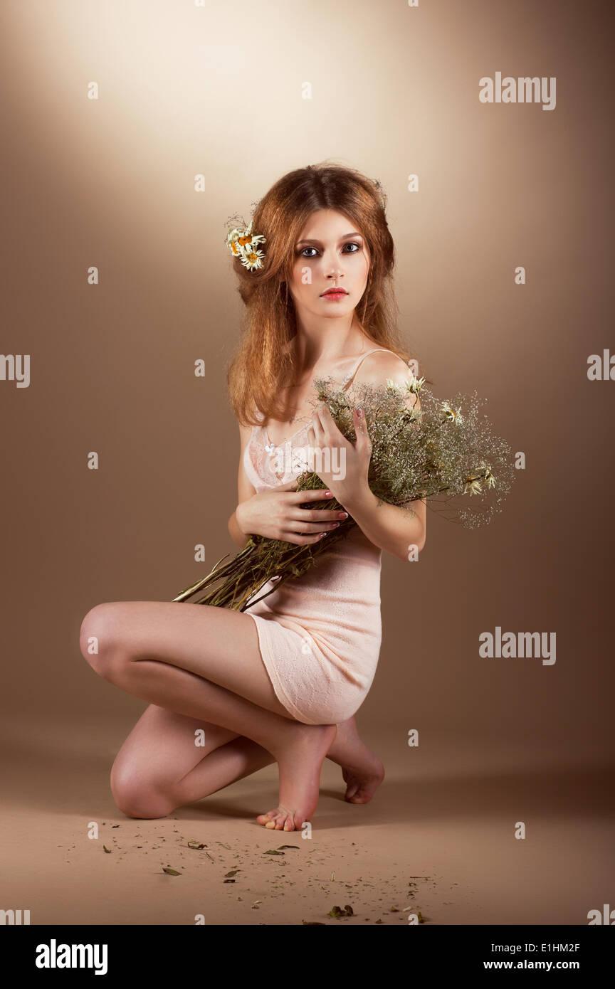 Zärtlichkeit. Nostalgie. Entzückende sanftmütigen Frau mit Herbarium Stockbild