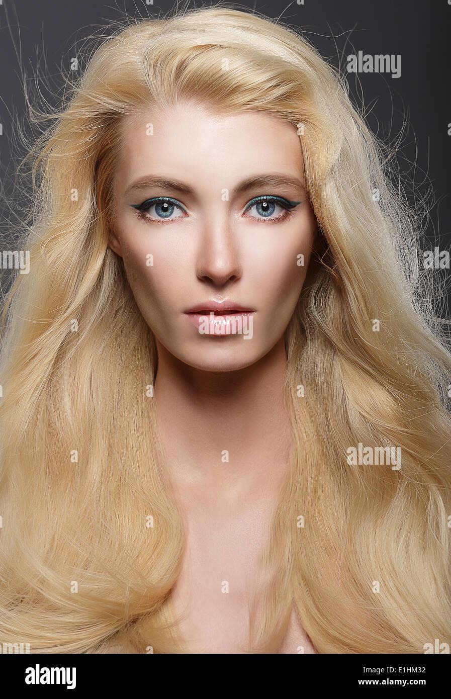 Pure Schönheit. Porträt der jungen Blondine mit gesunden wallendes Haar Stockbild