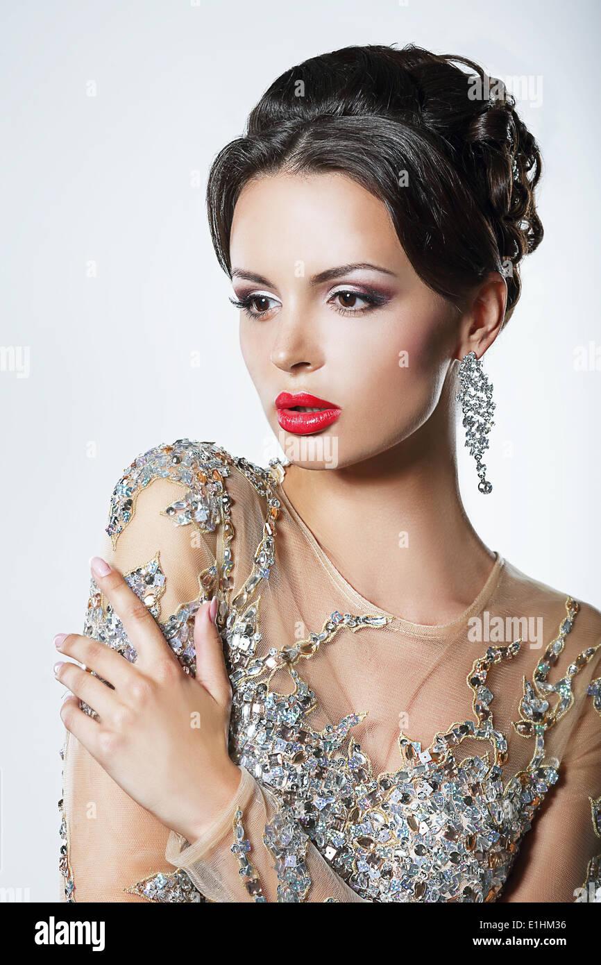 Eleganz. Luxuriöse gut aussehende Frau im Kleid mit Pailletten und Juwelen Stockbild