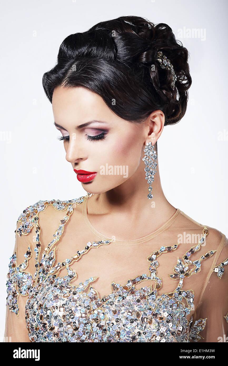 Formale Partei. Wunderschöne Mode-Modell in feierlichen glänzendes Kleid mit Juwelen Stockbild