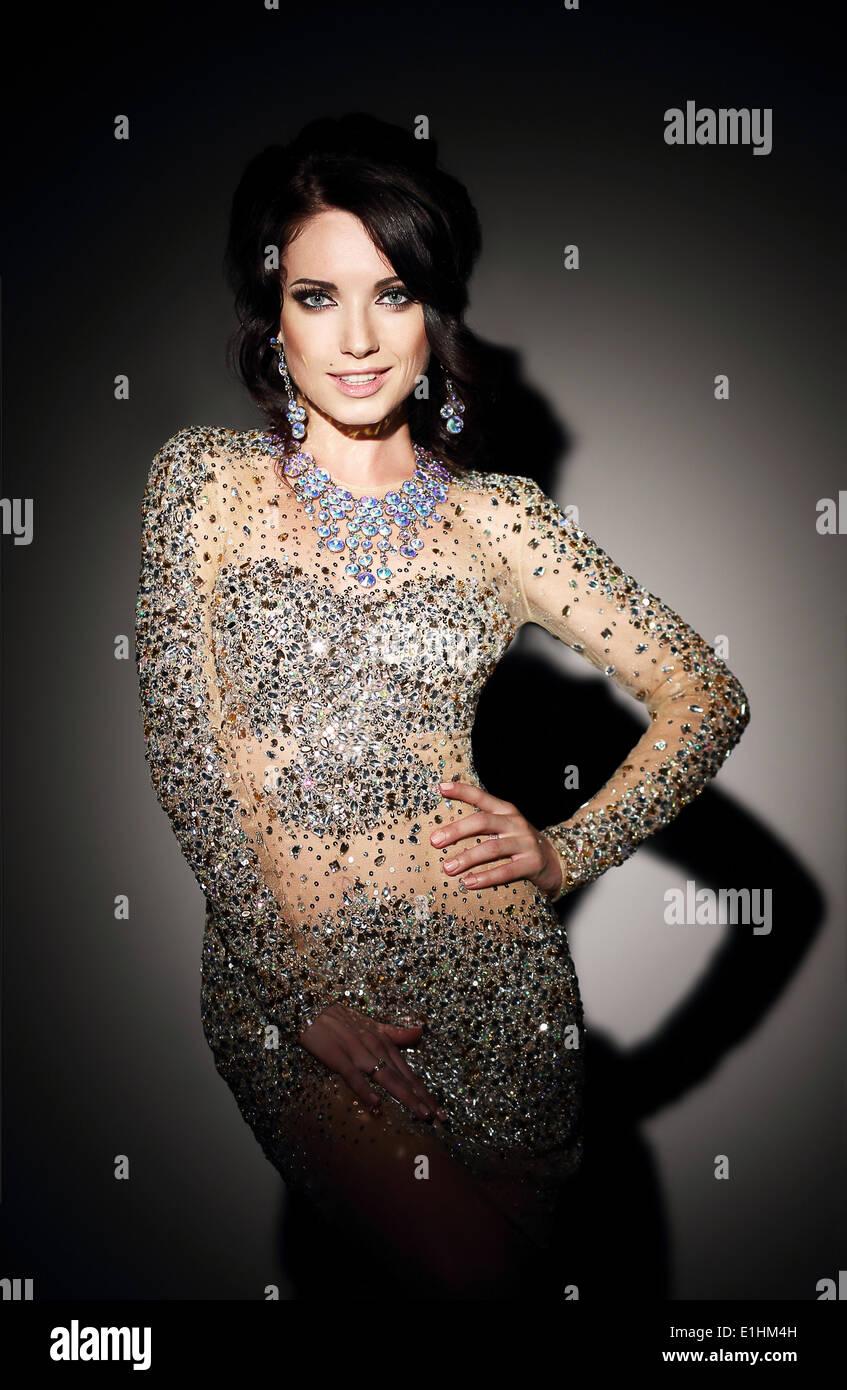 Glam. Erfolgreiche Dame in Silber Abendkleid in schwarz Stockbild