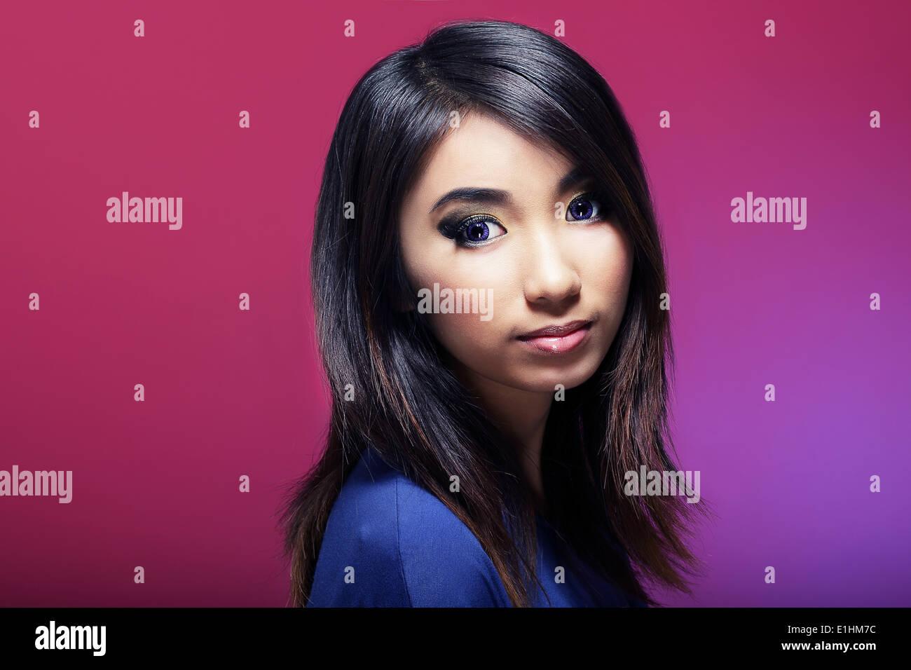Braune Haare junge Frau über farbigen Hintergrund Stockbild