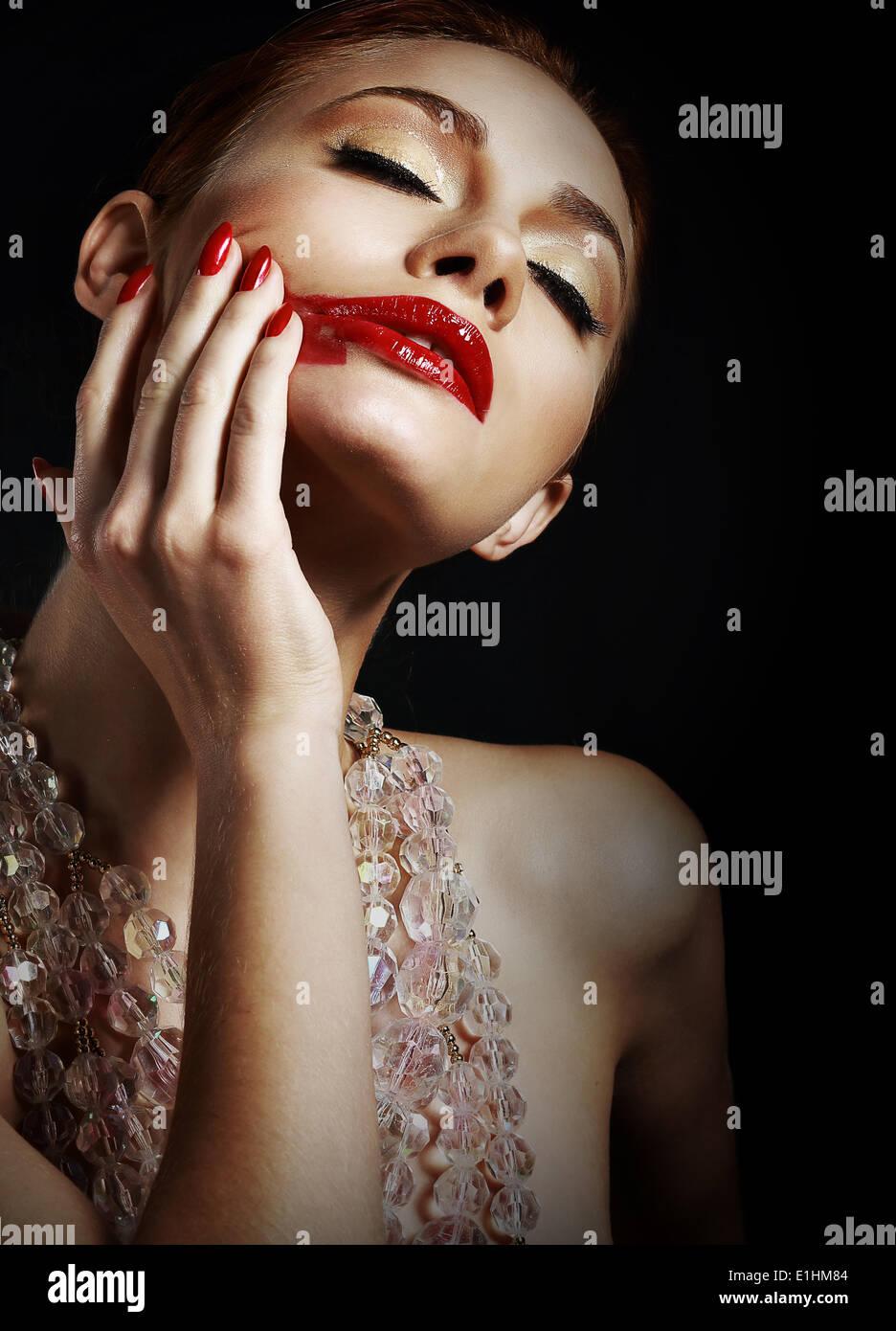 Frau mit verschmierten roten Lippenstift auf schwarzen Hintergrund Stockbild