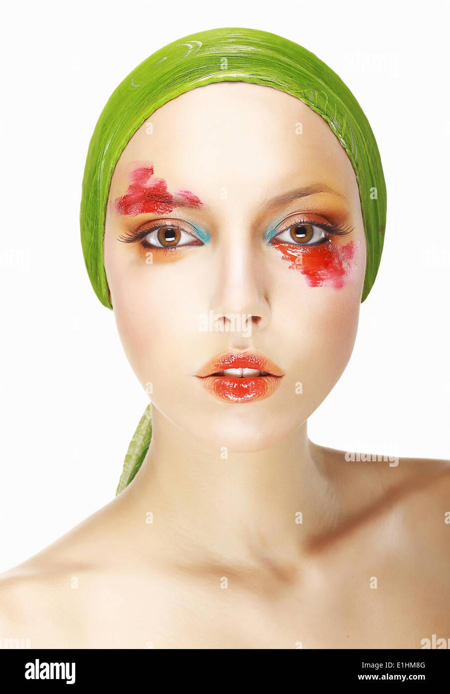 Seltsamkeit & Exzentrizität. Gestylte Frau Gesicht mit theatralischen Make-up Stockbild