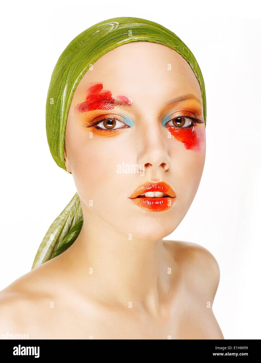 Fantasie. Glamour. Mode-Modell in grünen Schal und bunten Make-up Stockbild