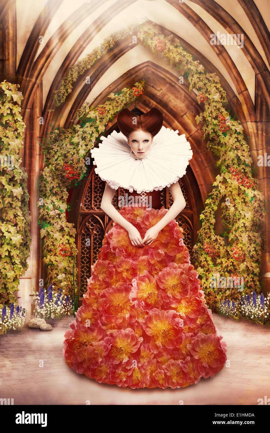 Rote Haare Herzogin im roten Kleid und Jabot in der alten Abtei Stockbild
