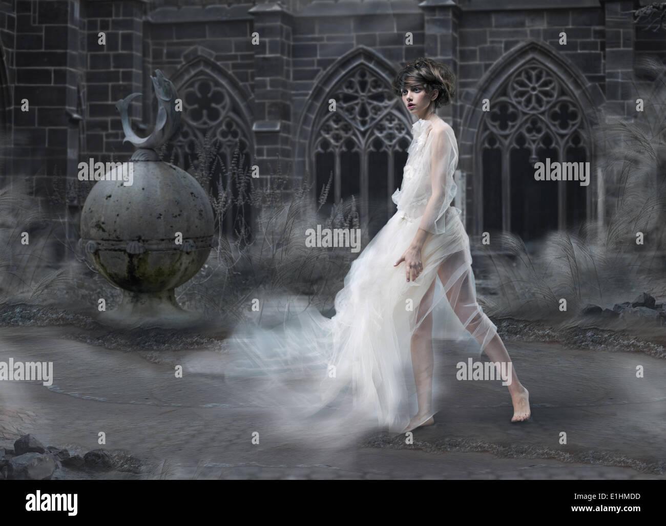 Geheimnis. Magic Woman Silhouette in alten rauchigen Burg. Mystischen alten Scenic Stockbild