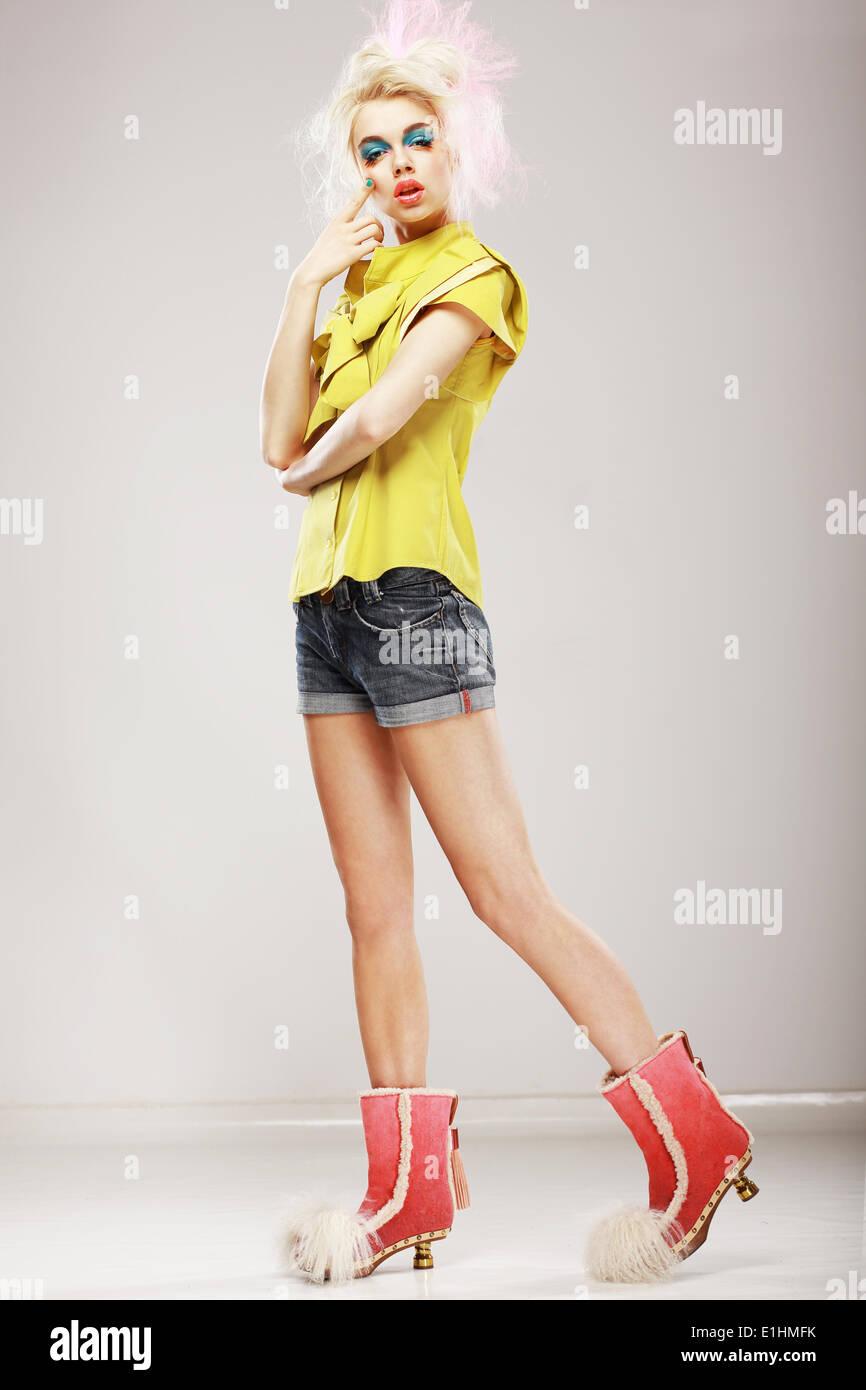 Eleganz. Ultramoderne Mode-Modell in trendige Kleidung. Individualität Stockbild