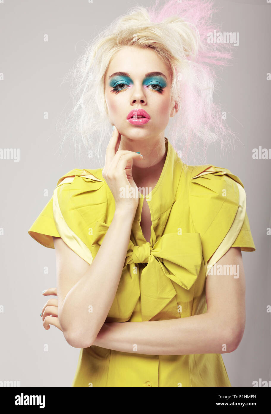 Art Deco. Lebendige blondes Haar Frau mit auffälligen Make-up. Glamour Stockbild
