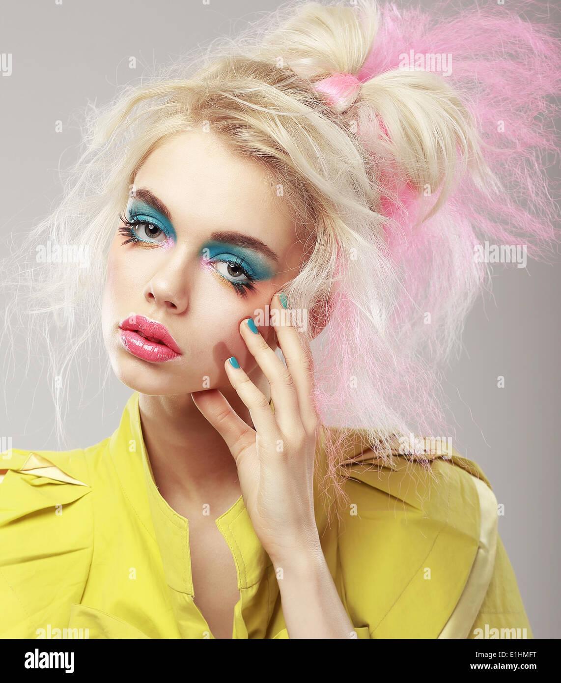 Porträt von helle Blondine mit zotteligen Haaren und blauen Augen Make-up. Glam Stockbild