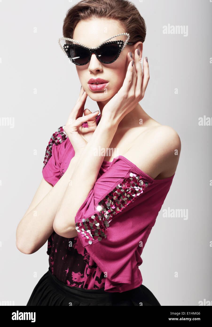 High-Fashion. Glamouröse, elegante Frau im dunklen Sonnenbrille. Magnetismus Stockbild
