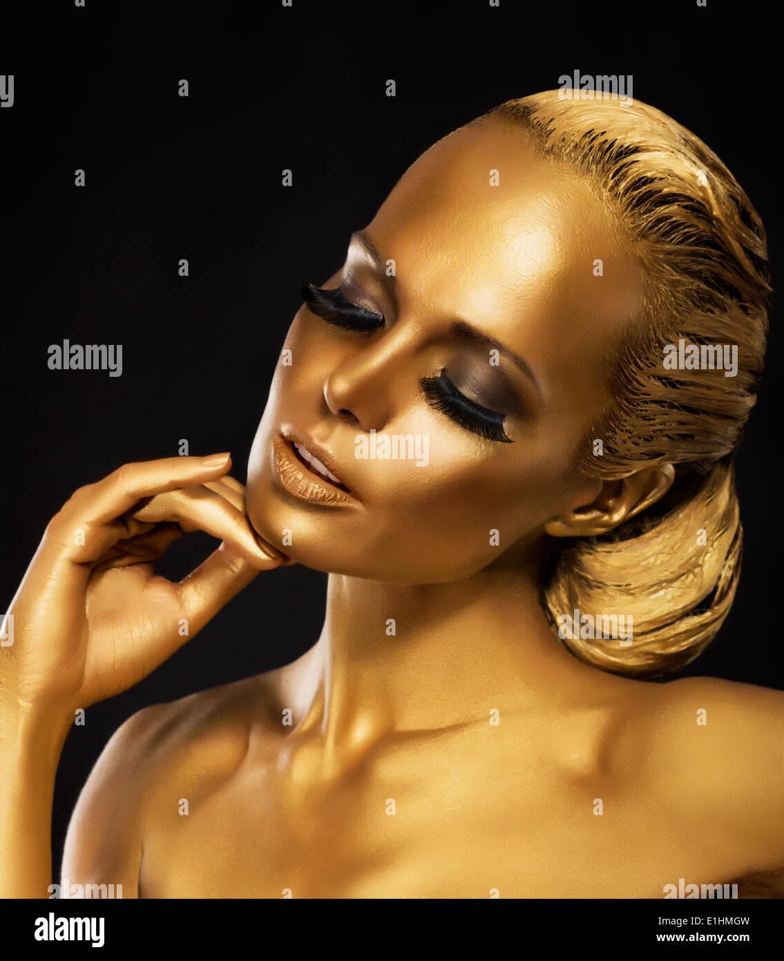 Bühne. Theater. Luxuriöse Frau in ihren Träumen. Goldene Farbe. Schmuck Stockbild