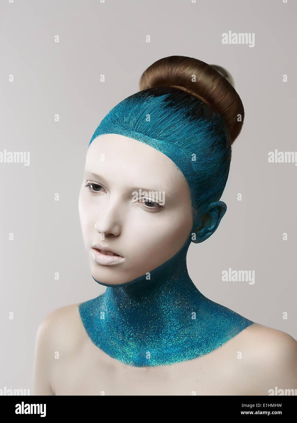 Ausdruck. Fantasie. Exzentrische Frau mit blau bemalte Haut und Haar. Färbung Stockbild