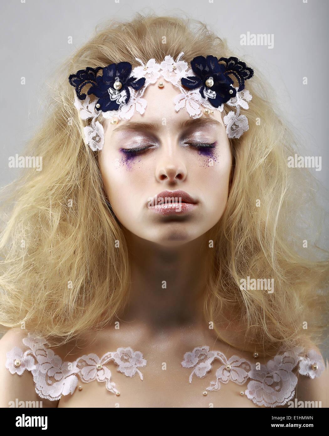 Entspannen Sie sich. Geheimnisvolle Blondine mit gemalten Haut gestylt. Träume mit geschlossenen Augen. Schönheit Stockbild