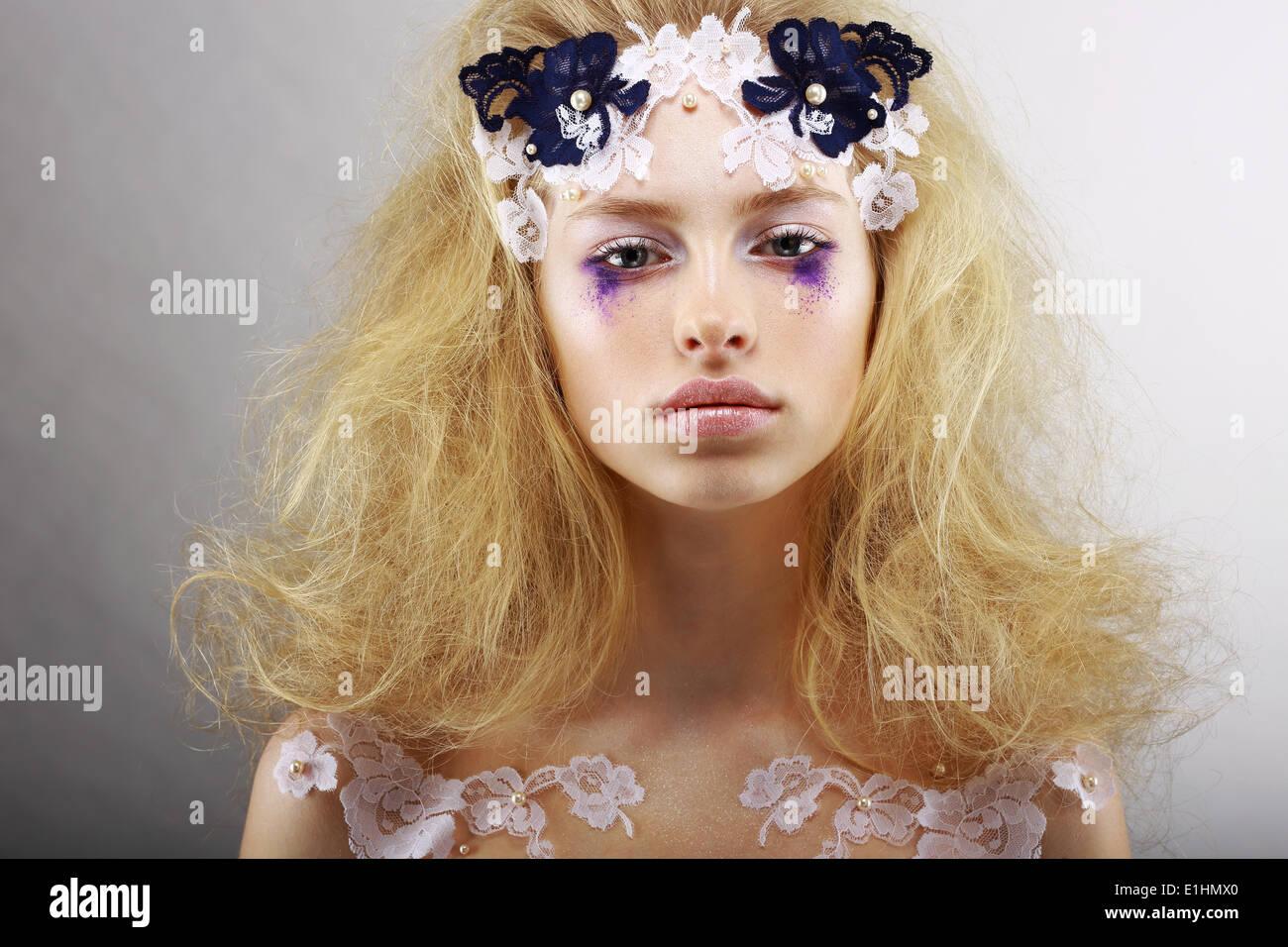 Fantasie. Porträt von hell Blond mit ungewöhnlichen Make-up. Kreativität Stockbild