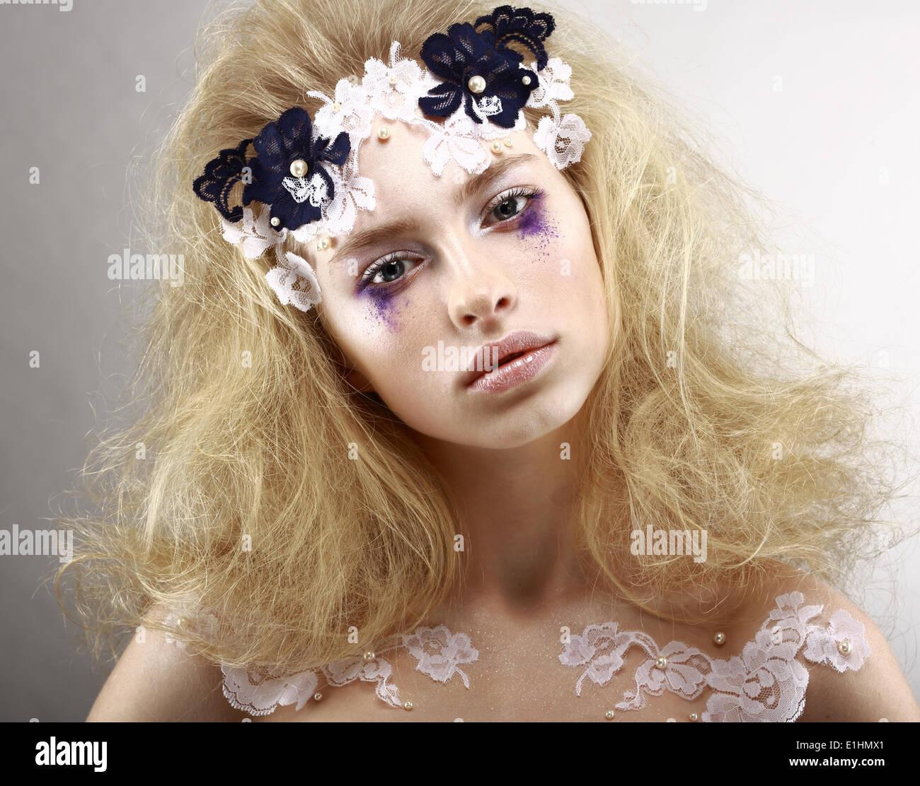 Young gestylt blond mit bunten Make-up - blauen Lidschatten. Kunst Stockbild
