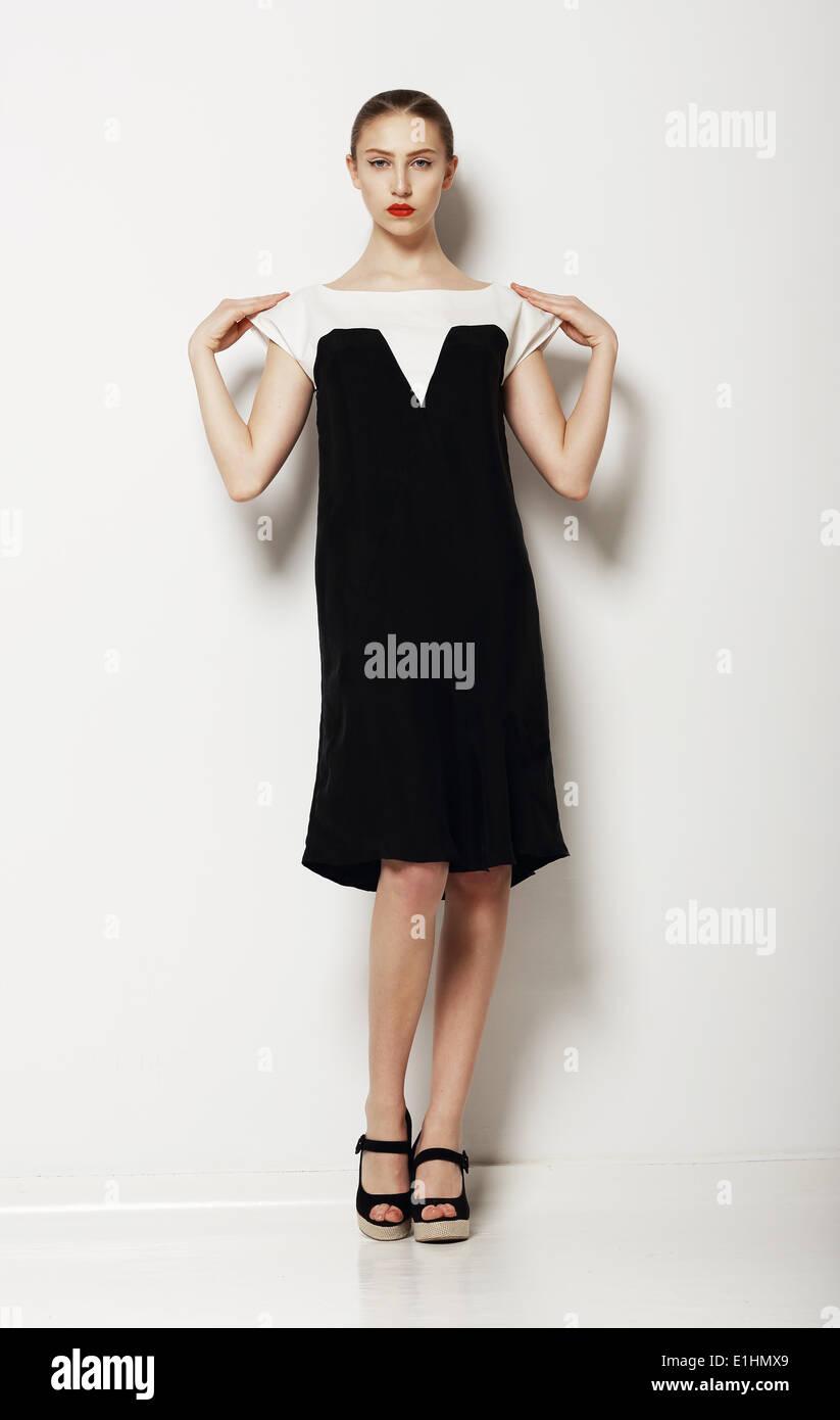 Minimalismus. Stilvolle Frau Mode-Modell in bequemen Kontrast Kleid. Komfort Stockbild