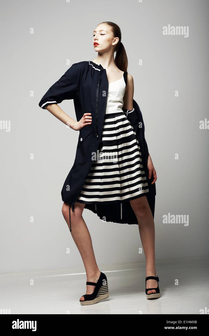 Ambitionen. Zuversichtlich Honorable Brünette in schwarzen wasserdichten Mackintosh. Mode Stil Stockbild