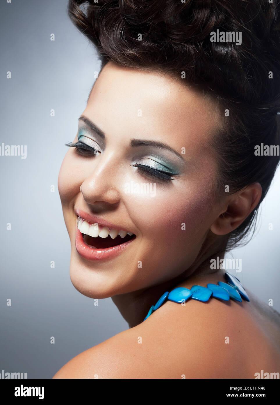 Bliss. Genuss. Stets gut gelaunte Frau Gesicht mit glücklichen Lächeln. Glück & Felicity Stockbild