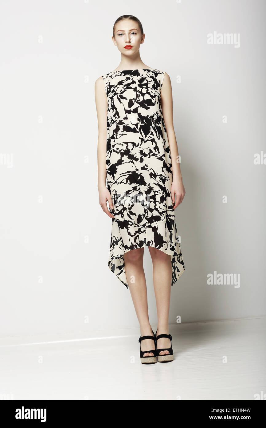Frühlings-Kollektion. Elegante, schlanke Frau im eleganten Kleid. Trendige Mode-Modell Stockbild