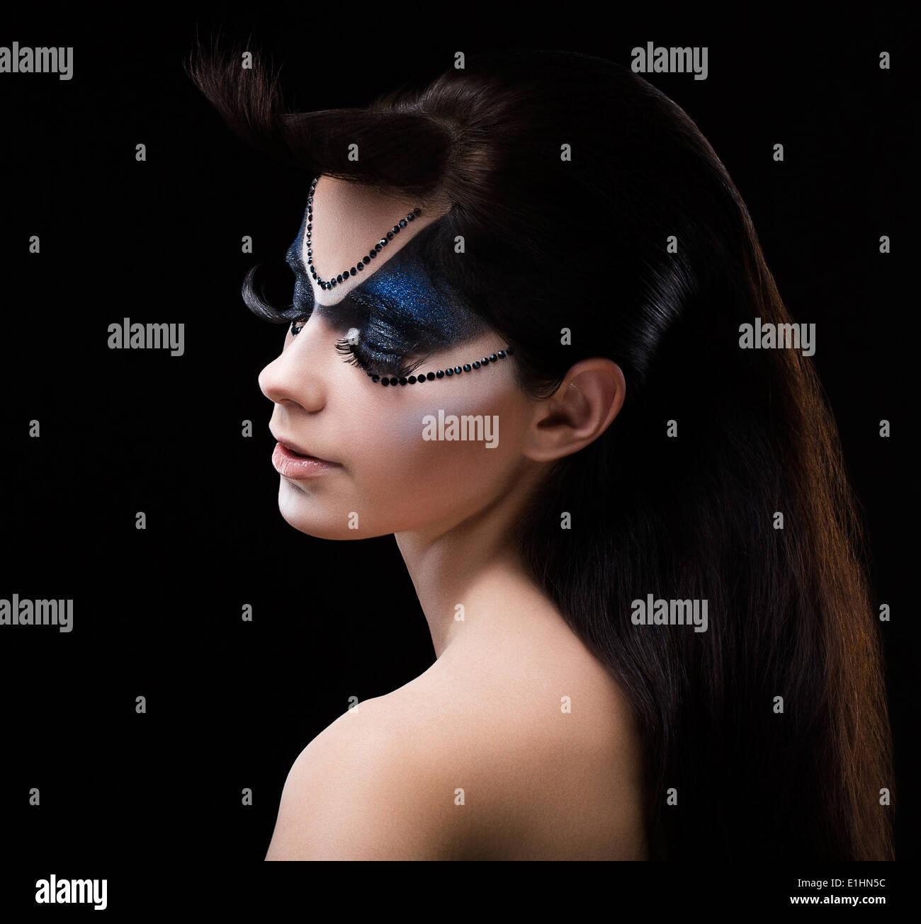 Blauen Lidschatten. Mascara. Frau mit modernen hellen bunten Make-up. Face Art Stockbild