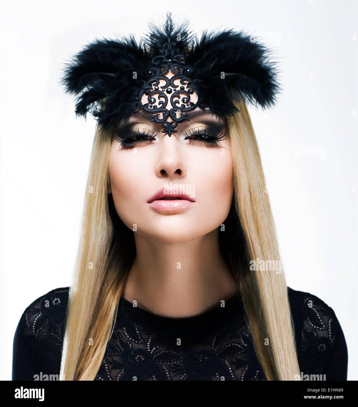 Charme. Entzückende blonde Haare Frau mit Zöpfen und schwarzer Maske. Raffinesse Stockbild