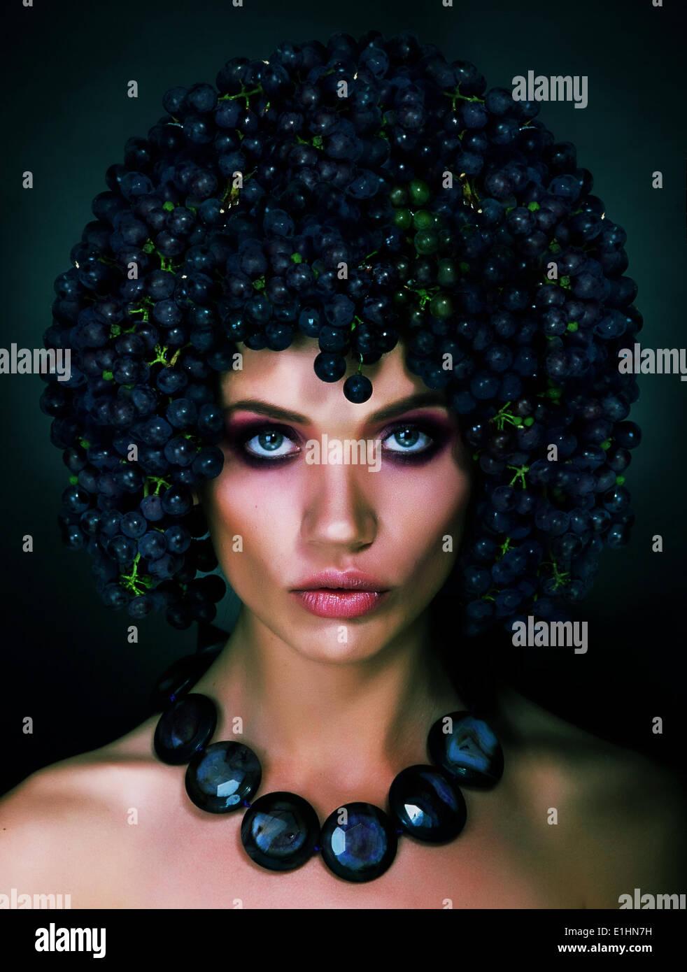 Portrait von Herbst Frau mit Trauben auf dem Kopf. Trendige Frisur Stockfoto